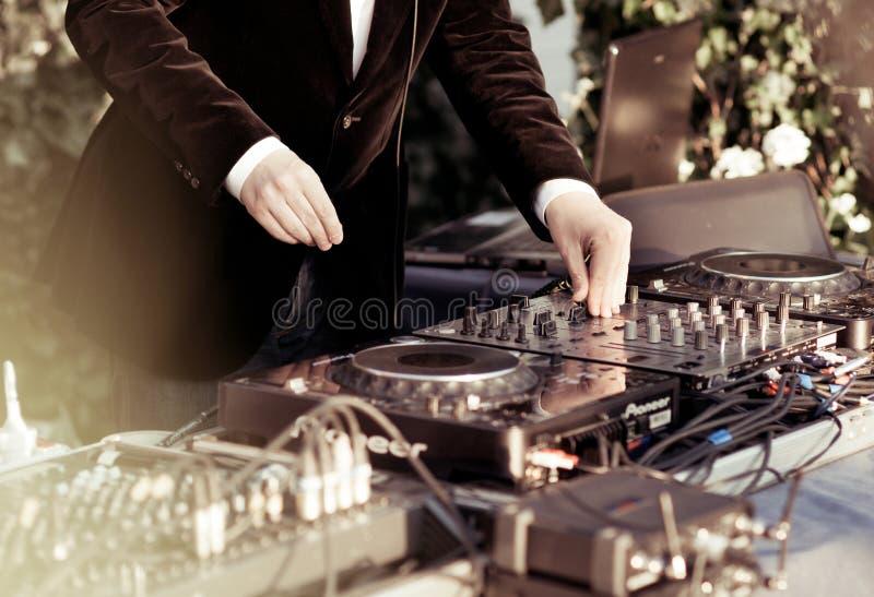 DJ dat het spoor in de nachtclub speelt stock afbeelding