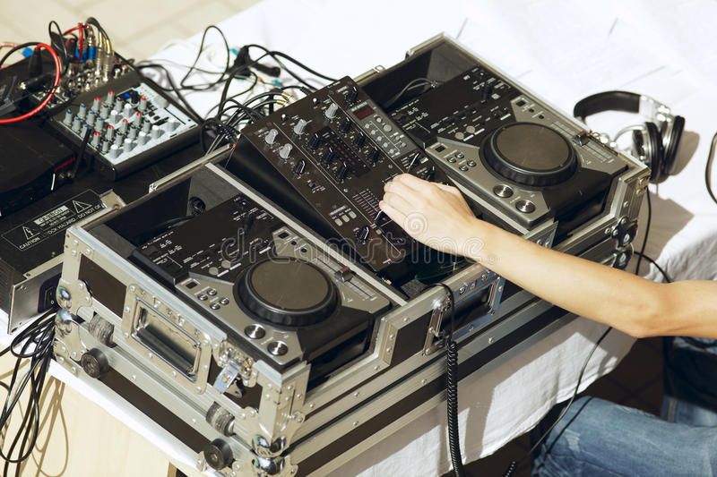 DJ dat het spoor speelt stock afbeeldingen