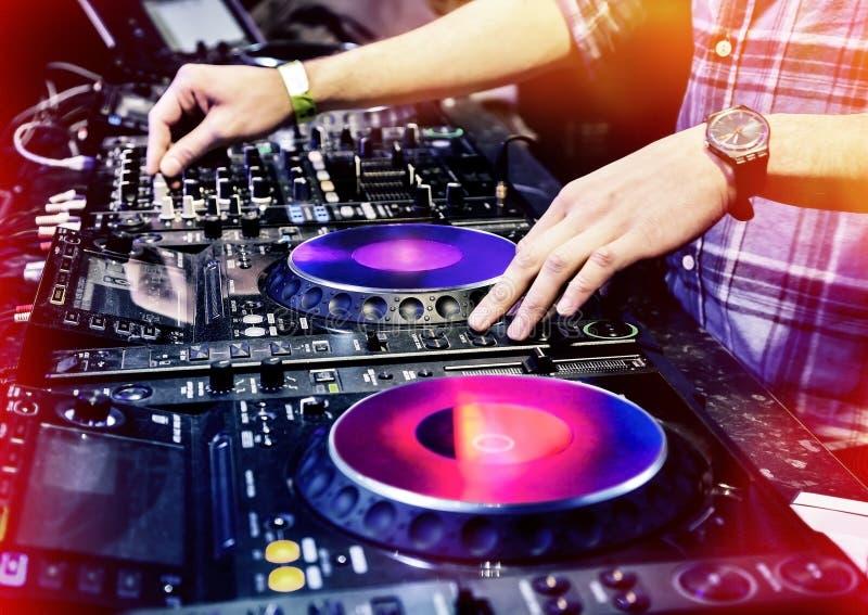 DJ dat het spoor speelt royalty-vrije stock afbeelding