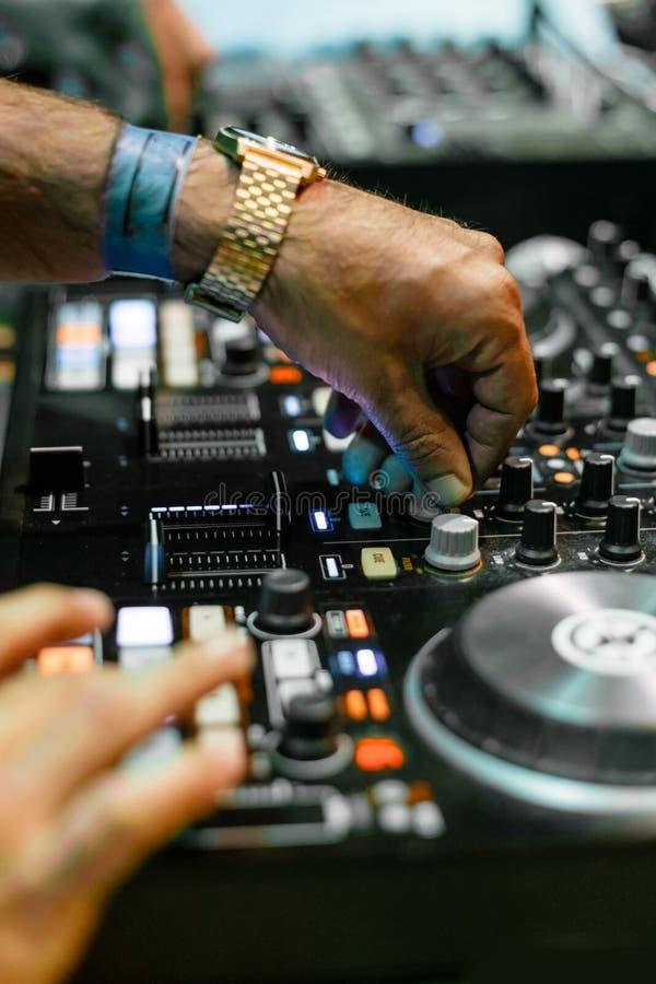 DJ die elektronische muziek spelen bij Festival royalty-vrije stock afbeeldingen