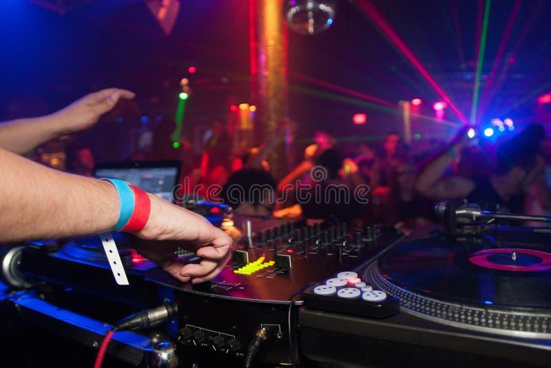 DJ die menigtedans maken stock afbeeldingen