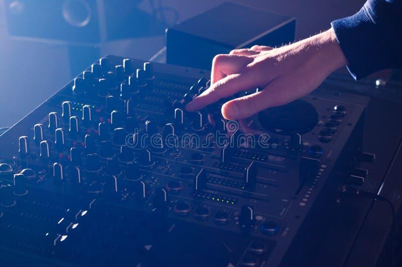 DJ die muziek op audioraadsmixer mengen stock fotografie