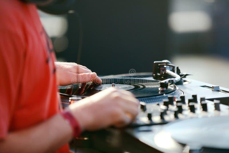 DJ die Muziekspoor op Festival mengen stock foto