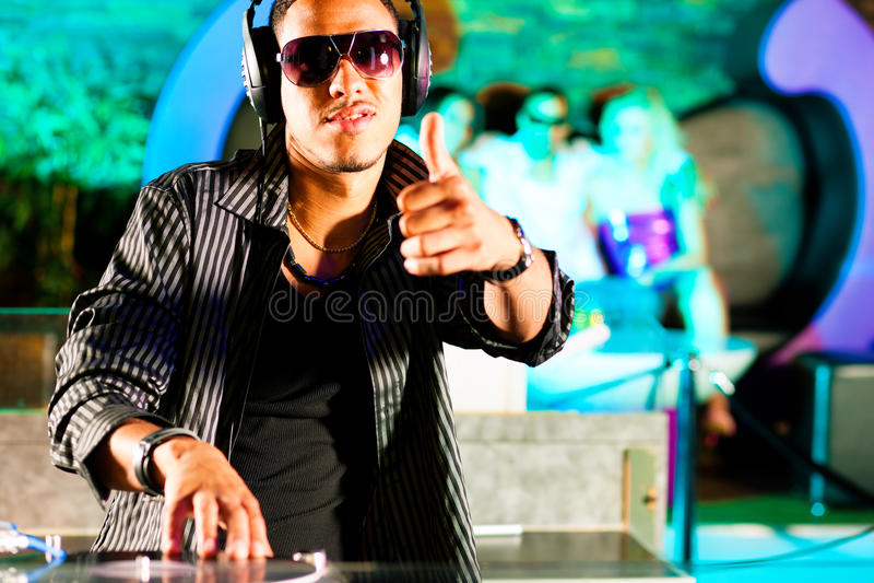DJ in discoclub, menigteachtergrond royalty-vrije stock foto