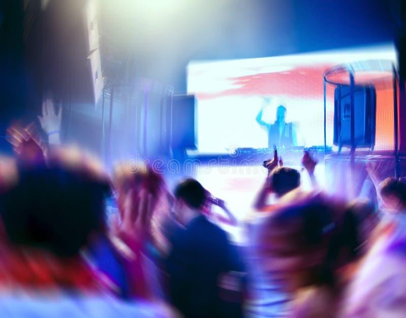 DJ e povos da dança em um clube nocturno imagem de stock