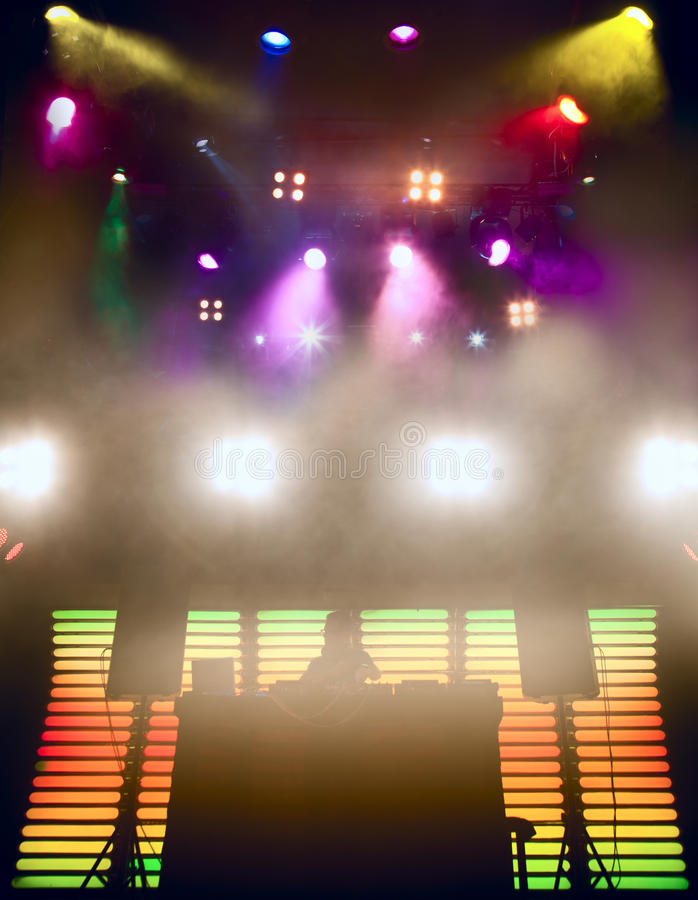 DJ em um clube nocturno em um partido imagens de stock royalty free