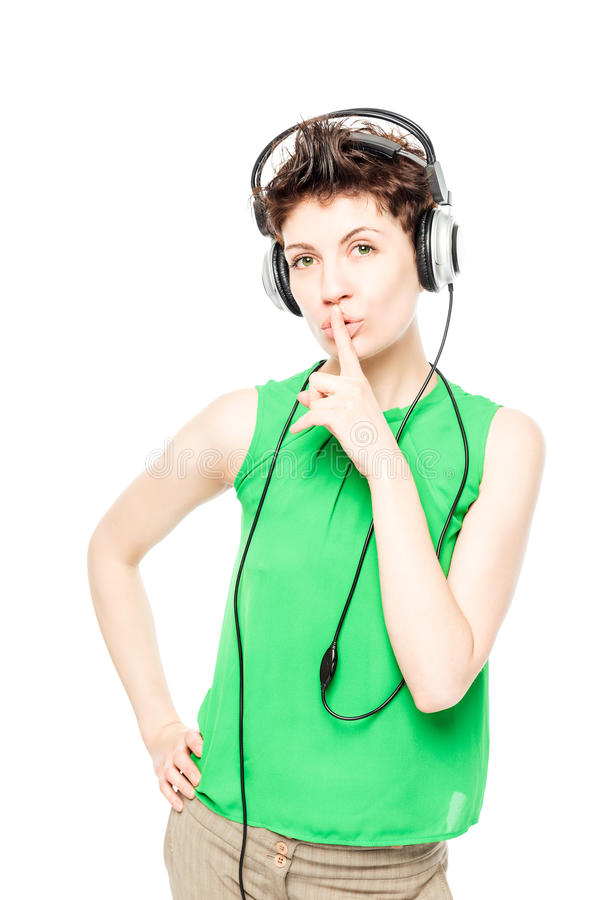 DJ em um t-shirt verde com o retrato de sorriso dos fones de ouvido fotos de stock