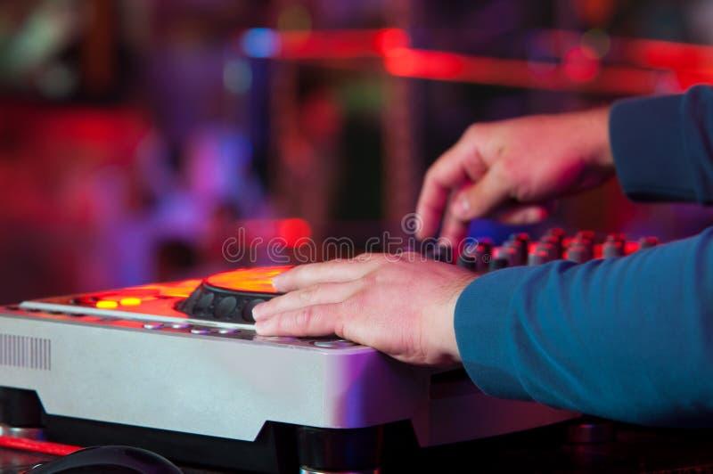 DJ en el trabajo, partido de disco imagen de archivo