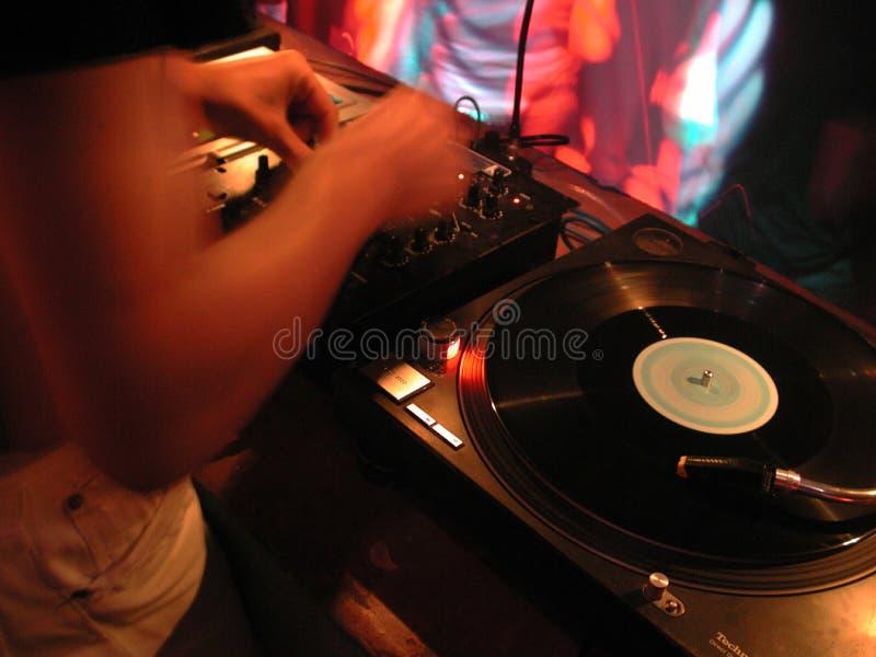DJ en las placas giratorias imagen de archivo