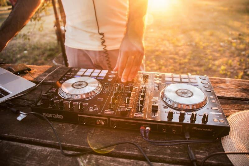 DJ en mixer De zomerpartij op het strand Lido royalty-vrije stock foto