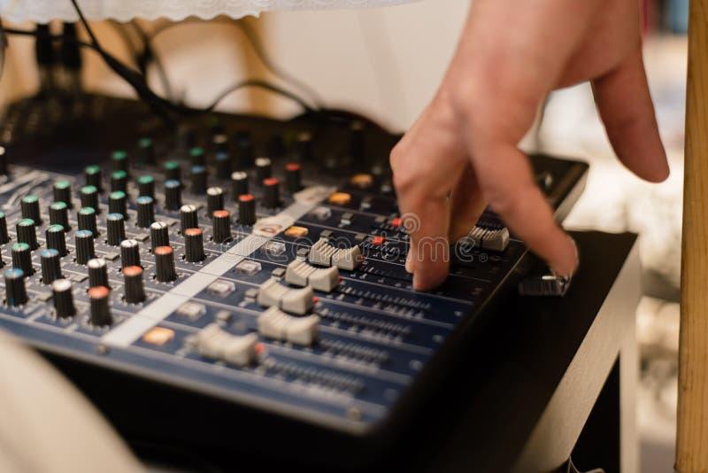 DJ est? tocando reguladores imagen de archivo