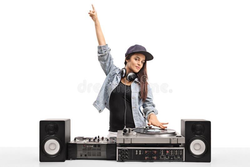 DJ femenino que juega música en una placa giratoria fotografía de archivo libre de regalías