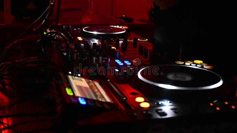 DJ hace un nigth rojo fotografía de archivo
