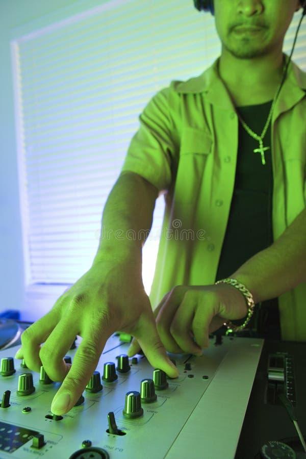 dj hands den male turntablen fotografering för bildbyråer
