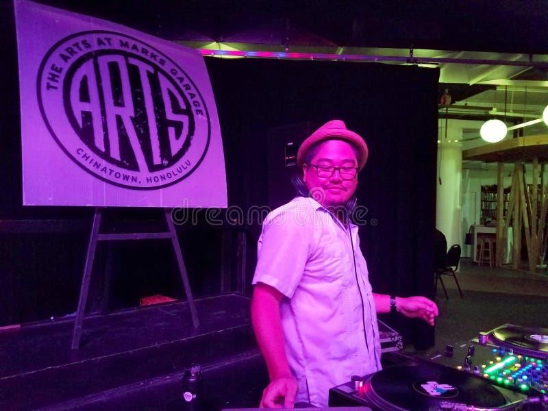 DJ Herr Nick spinnt Vinylaufzeichnungen an der Kunst an der Kennzeichen-Garage lizenzfreies stockfoto