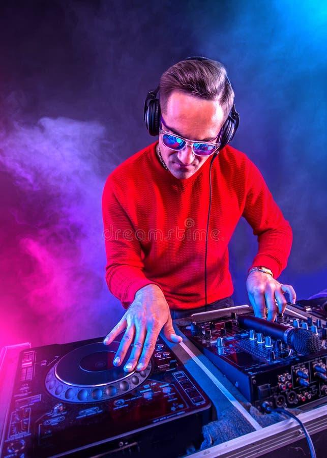 Dj jouant sur la table d'écoute de la discothèque photo libre de droits