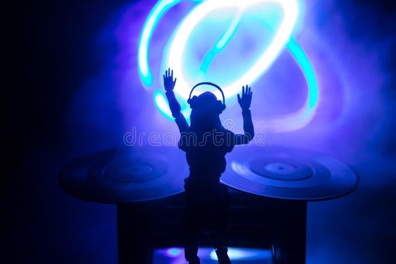 Dj klubu pojęcie Kobieta DJ miesza i Drapa w noc klubie, Dziewczyny sylwetka na dj, s pokładzie, stroboskopów światłach dalej i m zdjęcie royalty free