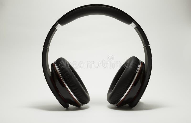 DJ-Kopfhörer lokalisiert auf Weiß stockfoto