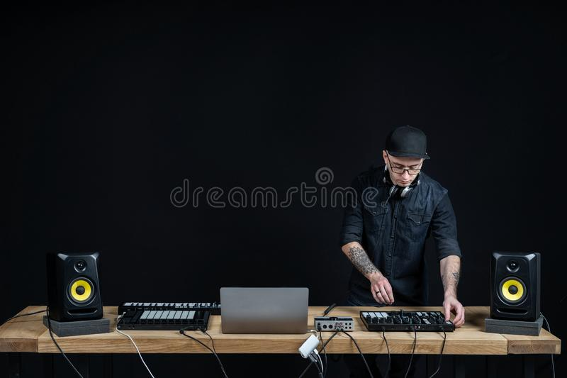Dj-mannen skapar elektronisk musik i studion arkivbilder