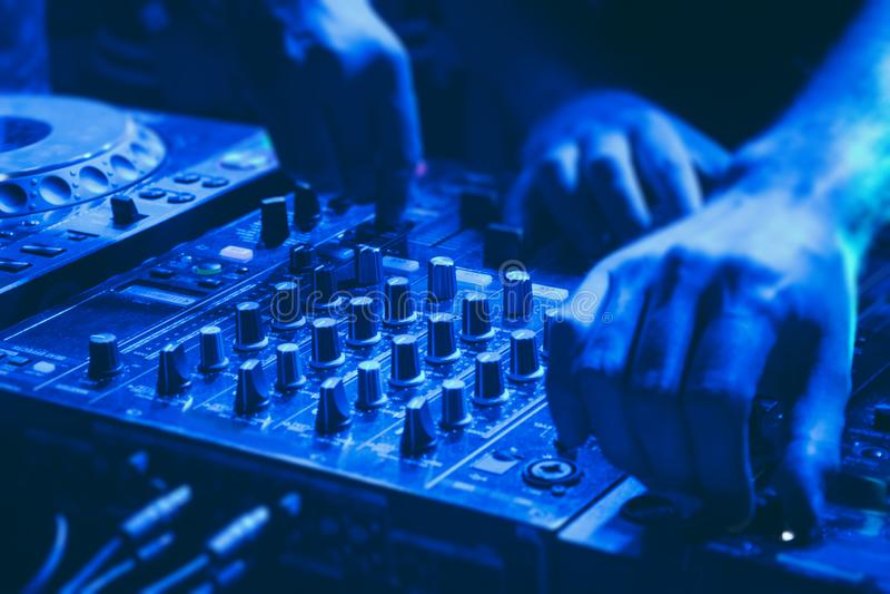 DJ mescola il brano nel nightclub alla festa immagine stock libera da diritti