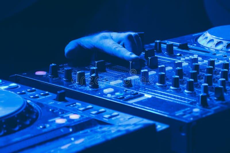 DJ mescola il brano nel nightclub alla festa fotografia stock