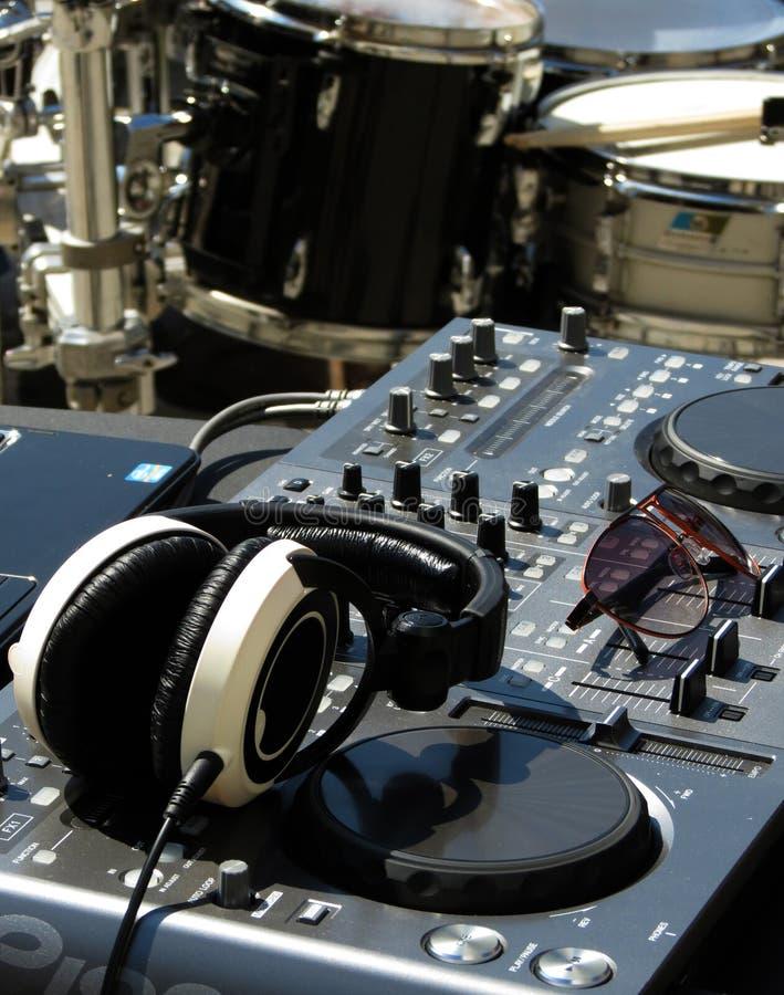DJ met trommels wordt geplaatst die royalty-vrije stock fotografie