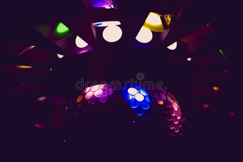 DJ mezcla la pista en el club nocturno en el partido Manos de DJ en el movimiento imagen de archivo libre de regalías