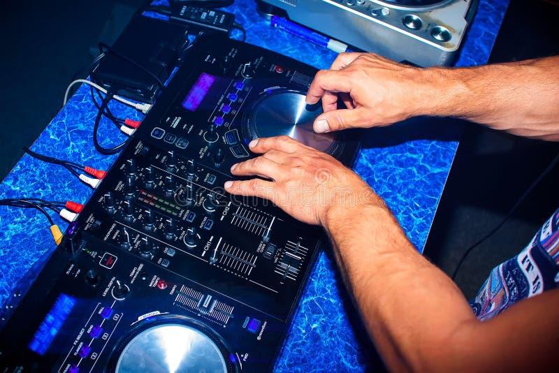DJ miesza fachowego muzycznego wyposażenie dla dyskoteki w noc klubie zdjęcia stock