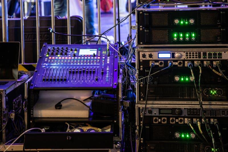 Dj miesza konsolę i muzycznych audio amplifikatory obraz royalty free