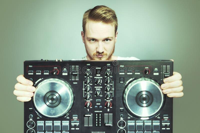 DJ miesza pozować w studiu z konsolą dla dźwięka obraz stock