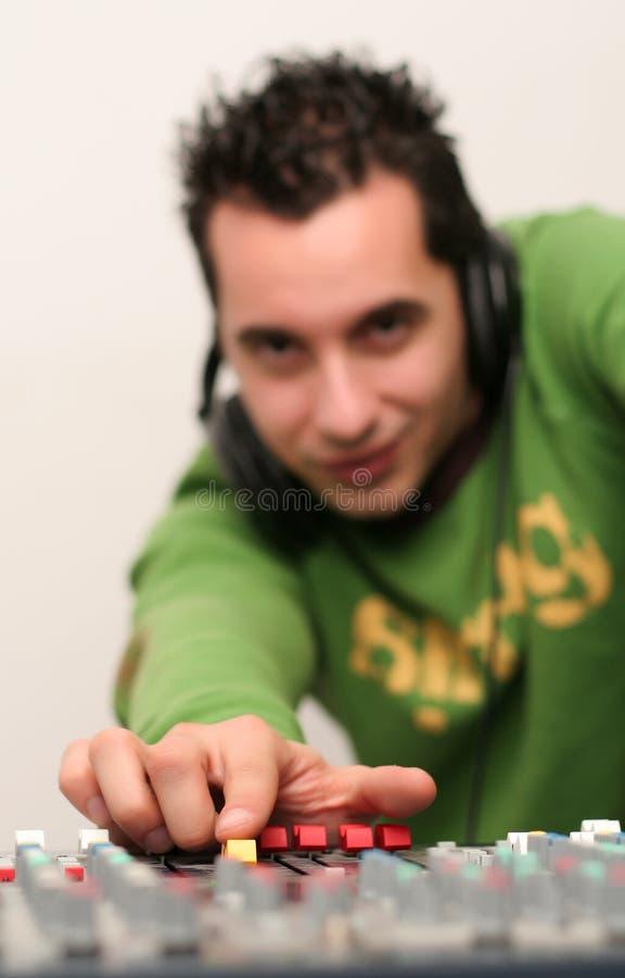 DJ am Mischer steigen ein stockfoto