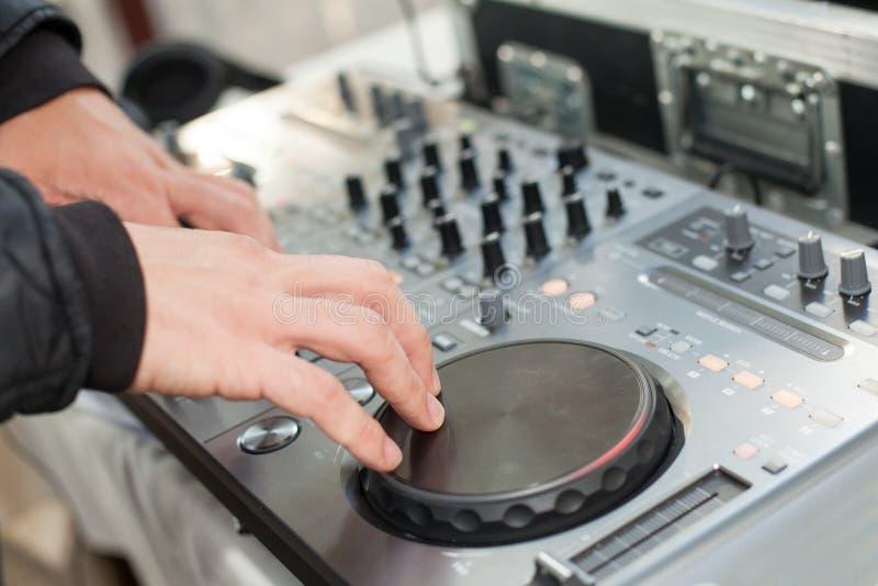 DJ mischt Bahn an der Partei stockbild