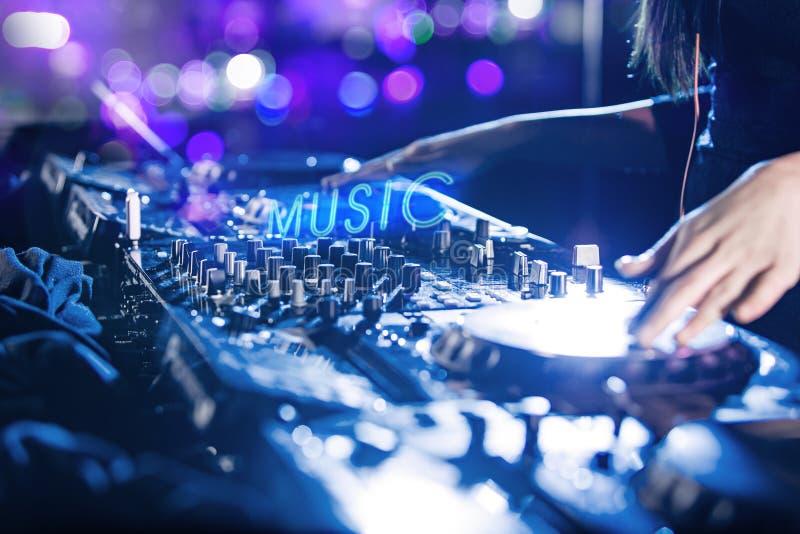 DJ mischt die Spur im Nachtklub lizenzfreies stockfoto