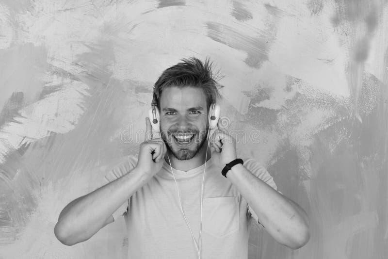Dj-musiksång Amerikansk stilig skäggig grabb med hörlurar Musikalisk livsstil fotografering för bildbyråer