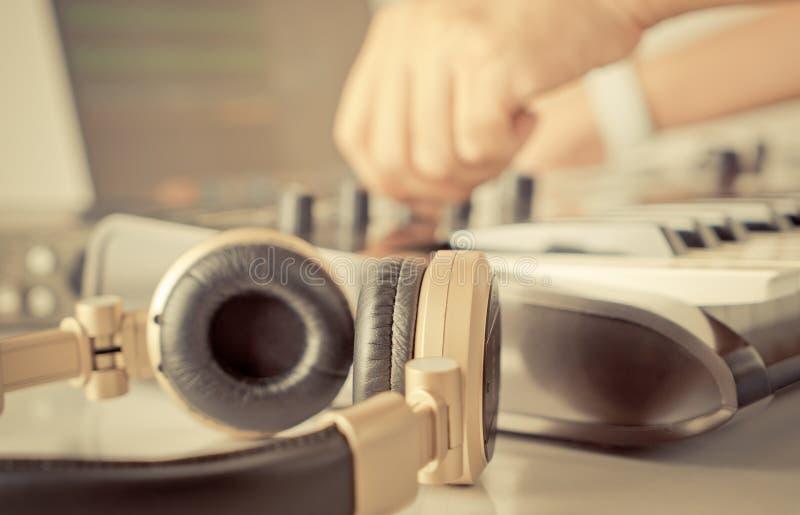 DJ muzyczny producent obraca gałeczkę na jego studiu obrazy royalty free