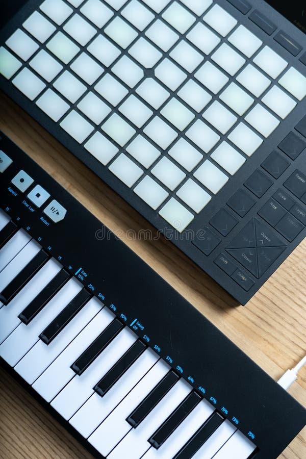 DJ narz?dzia dla tworzy? elektroniczn? muzyk? na drewnianym stole zdjęcie royalty free