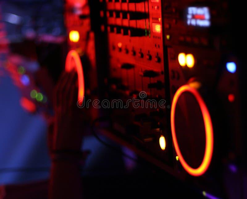 DJ nas plataformas giratórias imagens de stock