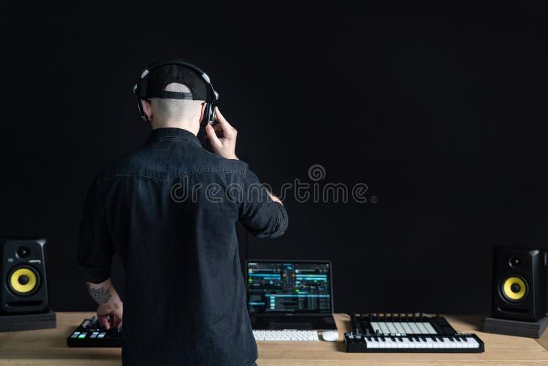 Dj obs?uguje tworzy elektroniczn? muzyk? w studiu obraz stock