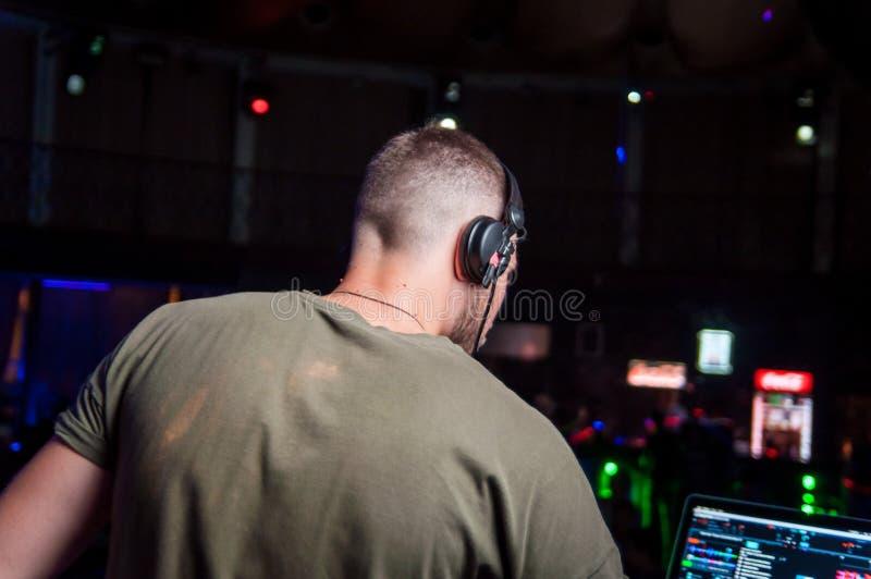 DJ op djoteka op het werk stock foto