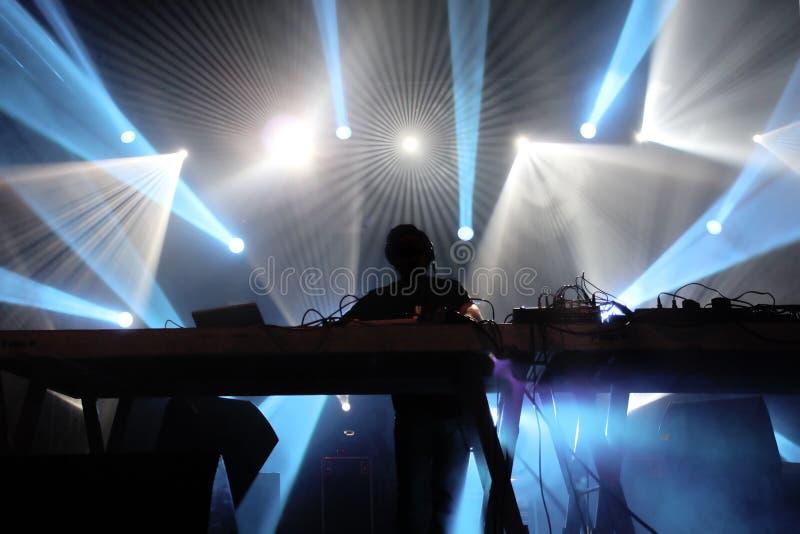 DJ op het stadium royalty-vrije stock fotografie