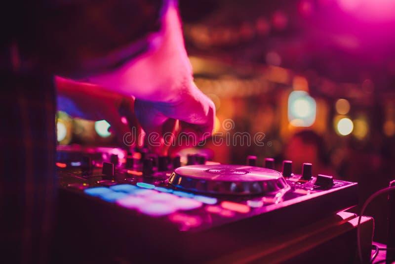 DJ pilot, turntables i ręki, Nocy życie przy klubem, przyjęcie obrazy stock
