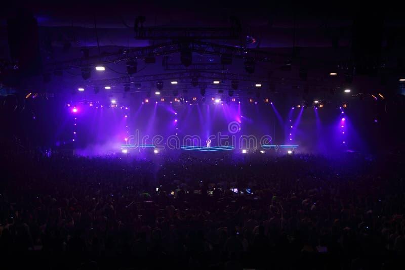 DJ popular Armin Van Buren en la demostración magnífica fotos de archivo libres de regalías