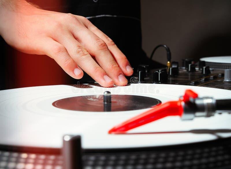 DJ pplaying的音乐的手在唱片的 免版税库存图片