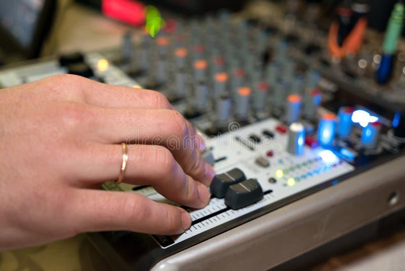 DJ pracuje na audiomixer przy klubem nocnym fotografia royalty free