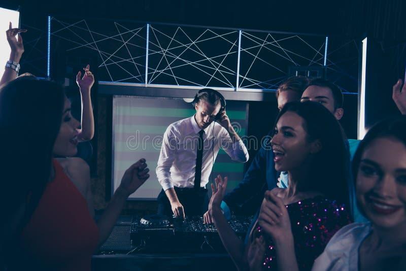 DJ profesional serio hermoso de moda, caballero, jugando, mezcla imagen de archivo