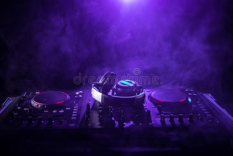DJ przędzalnictwo Miesza i Drapa w, noc klubie, rękach dj polepszenia śladu różnorodne kontrola na, stroboskopów światłach i mgle zdjęcie royalty free