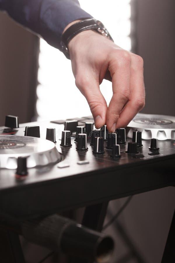 DJ pult,遥控光在音乐厅里 库存照片
