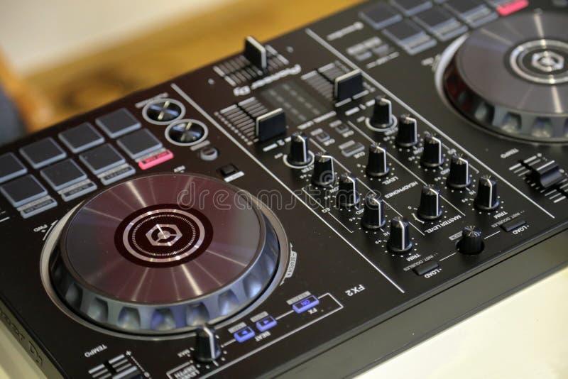 DJ pult/遥控光在音乐厅里 库存图片