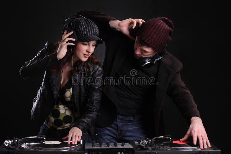 DJ que hace girar las cubiertas en el club nocturno foto de archivo libre de regalías