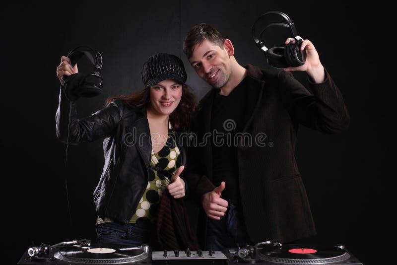 DJ que hace girar las cubiertas en el club nocturno fotos de archivo